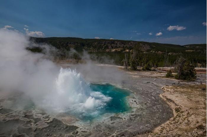 """研究称黄石公园超级火山可能正在""""平静下来"""""""